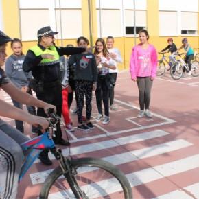El colegio El Chaparral de La Cala de Mijas acoge la parte práctica de la campaña de Educación Vial