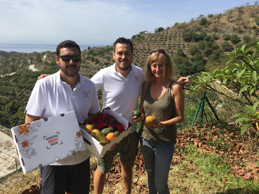 Irene Rivera con los fundadores de Exotic Fruit Box