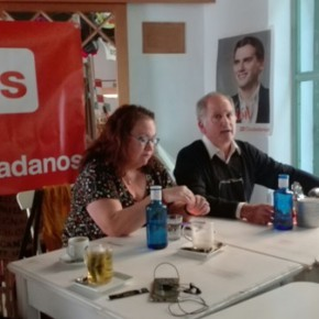 María del Carmen Prieto desgrana el trabajo en el Parlamento andaluz en un café ciudadano