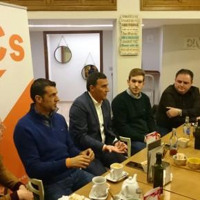 Carlos Hernández destaca la potencialidad de la comarca de Antequera en el primer café ciudadano organizado por la agrupación local