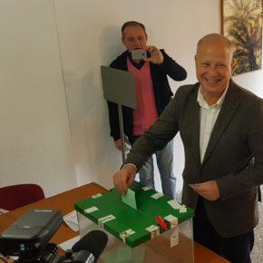 Javier Imbroda sale a votar y anima a los andaluces y malagueños a ejercer el derecho por el que lucharon nuestros mayores